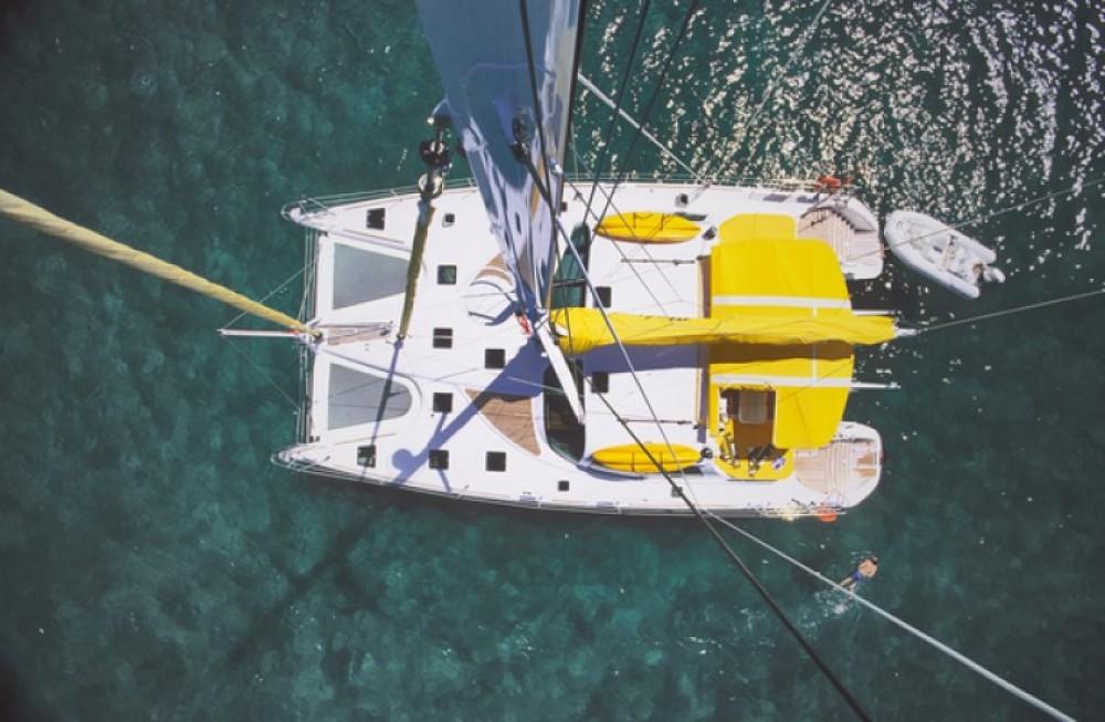 Alliaura-Marine Privilege 585 zwischen Privatpersonen und professionellem Anbieter Ajaccio