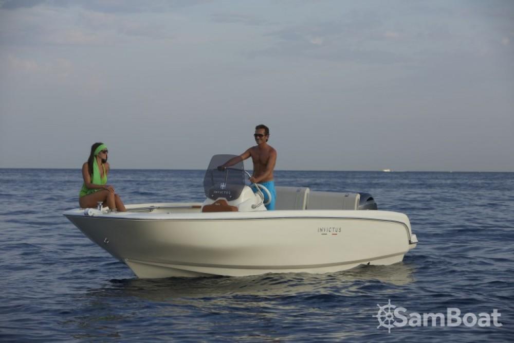 Motorboot mit oder ohne Skipper Invictus  mieten in