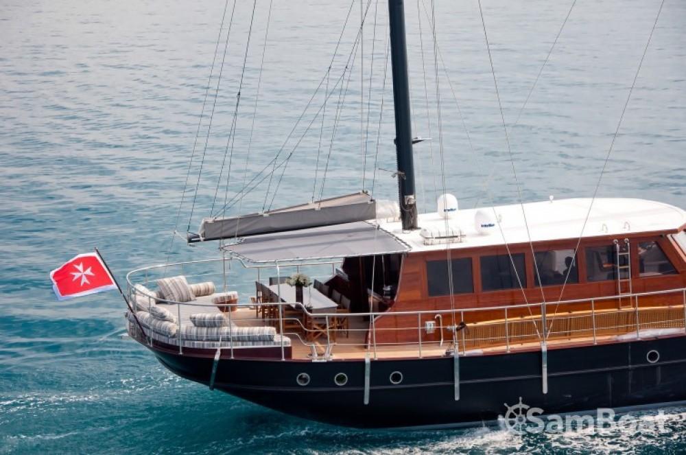Ein Custom 32.00 metres (105') mieten in Cannes
