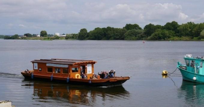 Custom Made Toue de Loire zwischen Privatpersonen und professionellem Anbieter Nantes