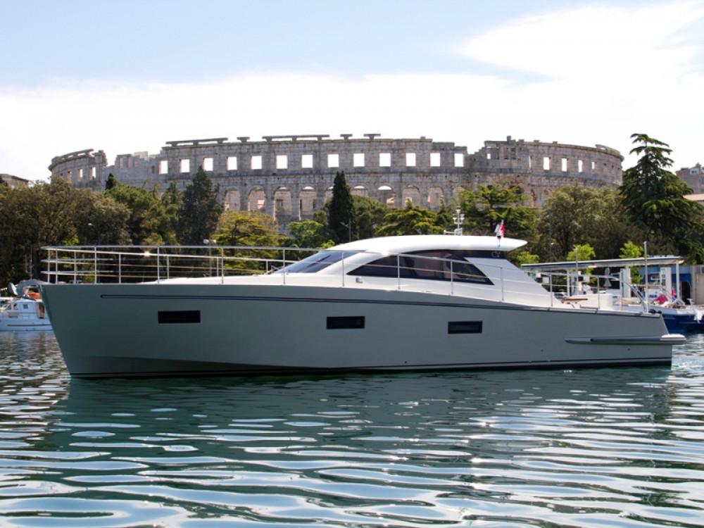 Motorboot mit oder ohne Skipper Cyrus mieten in Pula