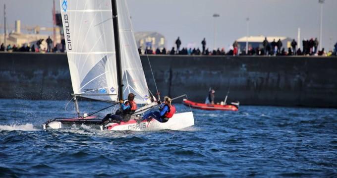 Catamaran-F16 Cirrus Q zwischen Privatpersonen und professionellem Anbieter Saint-Malo