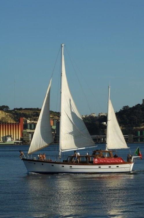Ein G. L. Watson 55'' classic wooden yacht mieten in Lissabon