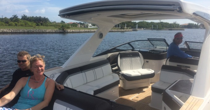 Yacht-Charter in West Bay - Sea Ray SLX 310 auf SamBoat