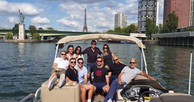 Suntracker Party Barge 24 zwischen Privatpersonen und professionellem Anbieter Paris