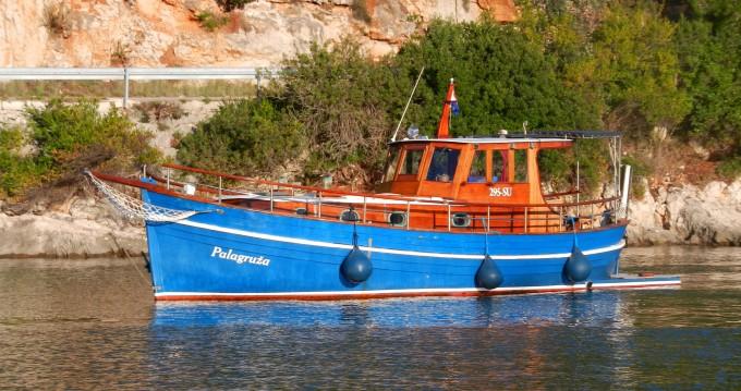 Classsic dalmatian boat zwischen Privatpersonen und professionellem Anbieter Split