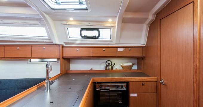 Bavaria Cruiser 37 zwischen Privatpersonen und professionellem Anbieter Athen
