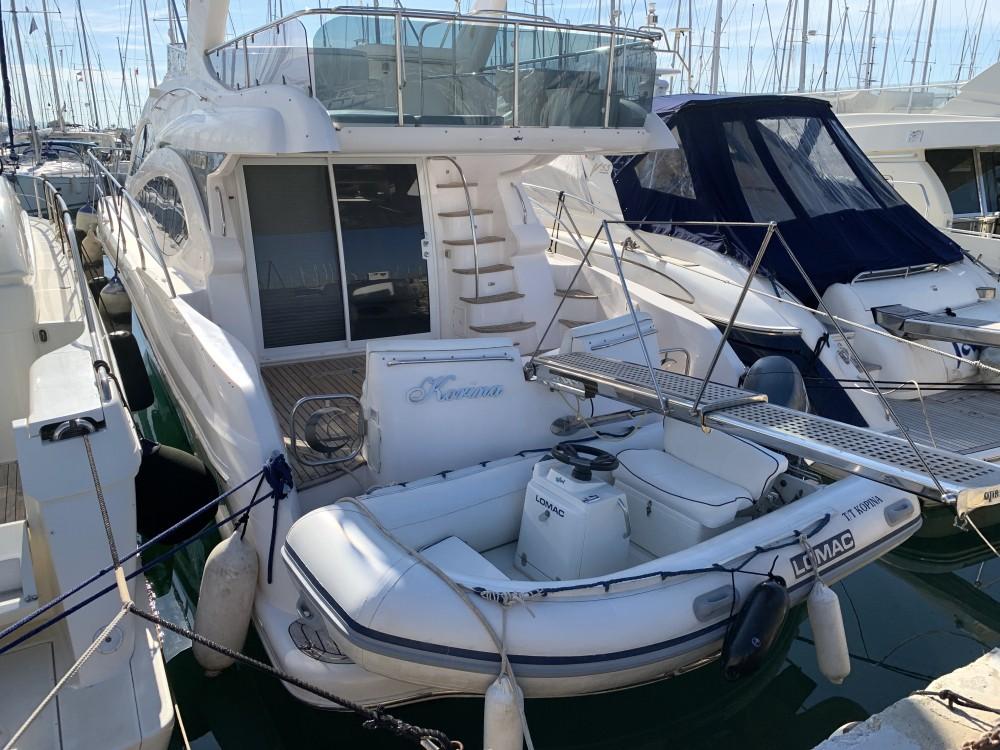 Gulf Craft Majesty 50 Fly zwischen Privatpersonen und professionellem Anbieter Marina Alimos