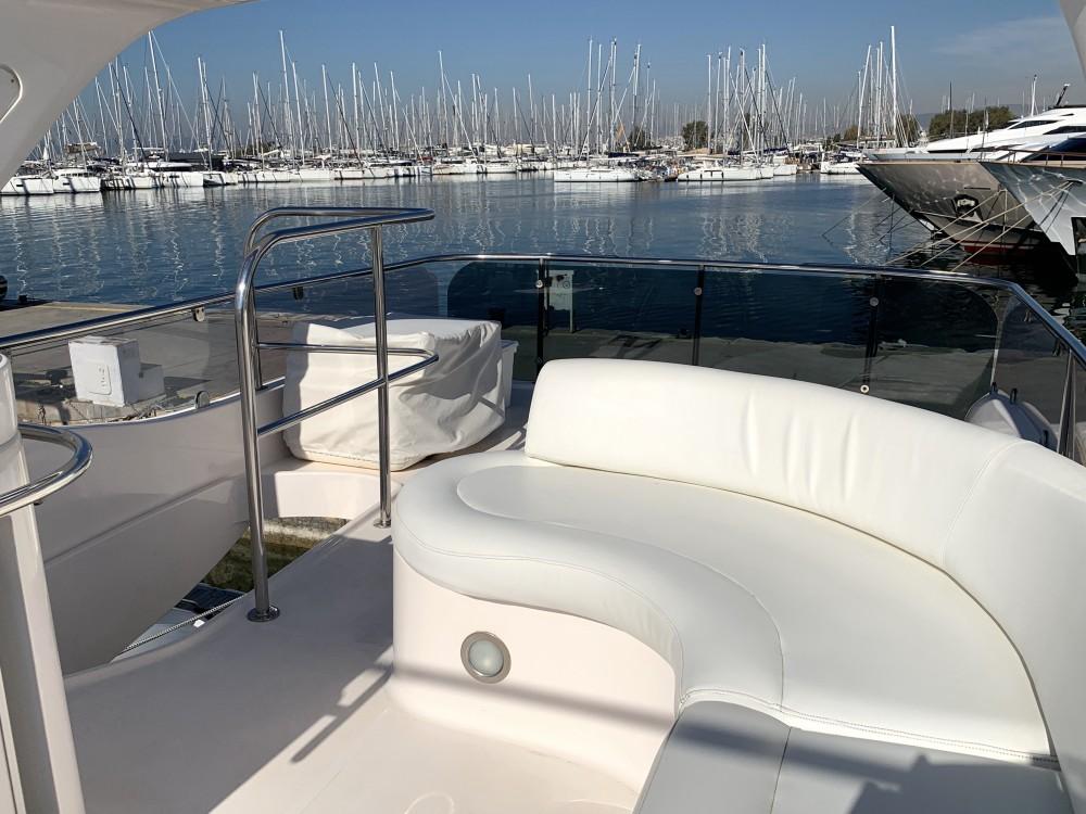 Ein Gulf Craft Majesty 50 Fly mieten in Marina Alimos