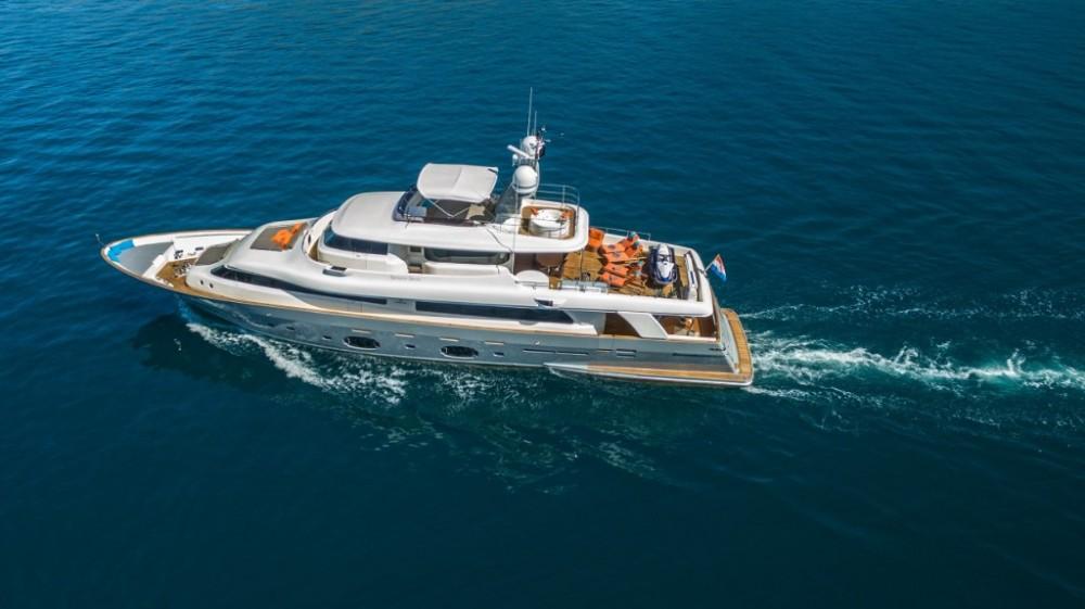 Ein Ferretti-Yachts-Group Navetta 33 mieten in