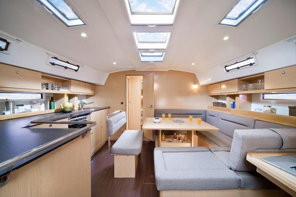 Bavaria Cruiser 45 zwischen Privatpersonen und professionellem Anbieter Furnari