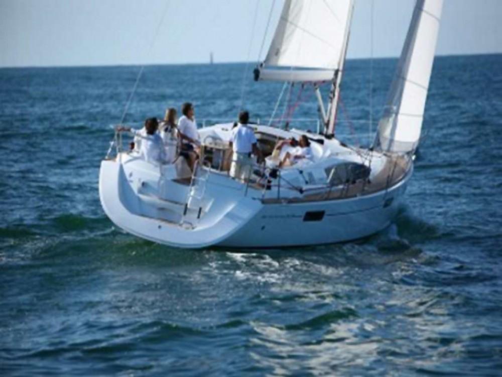 Jeanneau Sun Odyssey 42 DS zwischen Privatpersonen und professionellem Anbieter Castiglioncello
