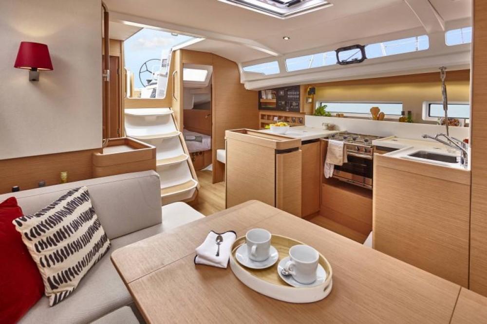 Jeanneau Sun Odyssey 440 zwischen Privatpersonen und professionellem Anbieter Porto Santa Margherita