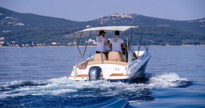 Ein Jeanneau Cap Camarat 6.5 CC mieten in Zadar